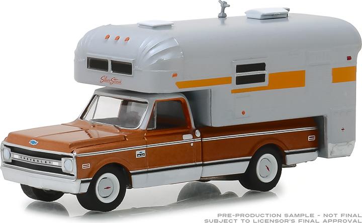 30023 - 1:64 1970 Chevrolet C-10 Cheyenne with Silver Streak Camper